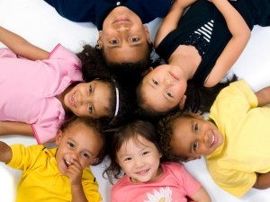 children-lying-down-in-a-circle-smiling